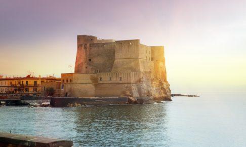 サンタルチア港の卵城